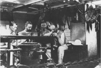 Max Wilhelm Carl Weber (kedua dari kiri), pemimpin Ekspedisi Siboga, sedang meneliti di ruangan lab Kapal Siboga.